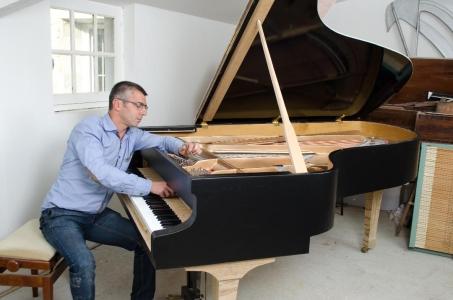 Rémy Babiaud, facteur d'un piano de concert entièrement réalisé à la main